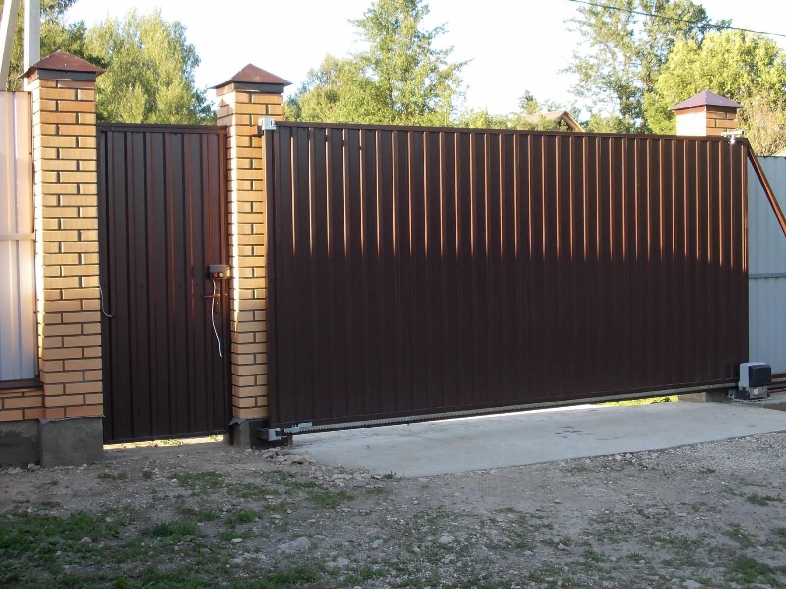 Особенности строительства ворот из профнастила